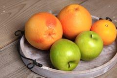 Φρούτα στο ξύλο Βιο υγιή τρόφιμα, χορτάρια και καρυκεύματα Στοκ Εικόνες
