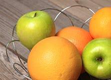 Φρούτα στο ξύλο Βιο υγιή τρόφιμα, χορτάρια και καρυκεύματα Στοκ φωτογραφίες με δικαίωμα ελεύθερης χρήσης