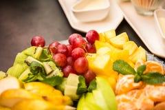Φρούτα στο πιάτο με το passionfruit στοκ φωτογραφίες με δικαίωμα ελεύθερης χρήσης