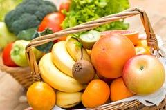 Φρούτα στο ψάθινο καλάθι - κλείστε επάνω Στοκ Εικόνες