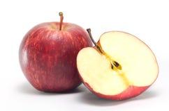 Φρούτα της Apple και ένα μισό που απομονώνεται στο άσπρο υπόβαθρο Στοκ Εικόνες