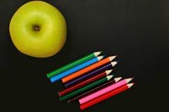 Φρούτα της Apple με το ζωηρόχρωμο μολύβι Στοκ Φωτογραφία