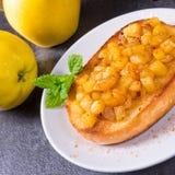 Φρούτα της Apple που διαδίδονται με τα κομμάτια κανέλας και φρούτων Στοκ Φωτογραφία