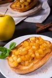 Φρούτα της Apple που διαδίδονται με τα κομμάτια κανέλας και φρούτων Στοκ Φωτογραφίες