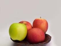 Φρούτα της Apple, που τοποθετούνται σε ένα ξύλινο κύπελλο Στοκ Φωτογραφίες