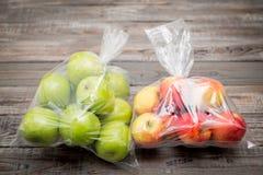 Φρούτα της Apple στη πλαστική τσάντα Στοκ φωτογραφία με δικαίωμα ελεύθερης χρήσης