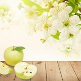 Φρούτα της Apple στον ξύλινο πίνακα Στοκ φωτογραφία με δικαίωμα ελεύθερης χρήσης