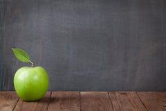 Φρούτα της Apple στον πίνακα τάξεων Στοκ Εικόνα