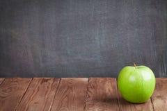 Φρούτα της Apple στον πίνακα τάξεων Στοκ φωτογραφίες με δικαίωμα ελεύθερης χρήσης