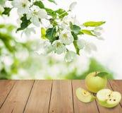 Φρούτα της Apple στο καφετί ξύλινο υπόβαθρο Στοκ Εικόνες