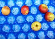 Φρούτα της Apple στο μπλε κιβώτιο για την πώληση, αγορά Στοκ φωτογραφία με δικαίωμα ελεύθερης χρήσης