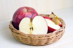 Φρούτα της Apple στο ξύλινο υπόβαθρο Στοκ εικόνα με δικαίωμα ελεύθερης χρήσης