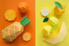 Φρούτα φιαγμένα από έγγραφο Φωτεινό υπόβαθρο Υπάρχει χώρος για το γράψιμο στοκ εικόνα με δικαίωμα ελεύθερης χρήσης