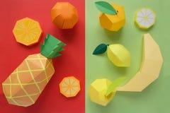 Φρούτα φιαγμένα από έγγραφο Φωτεινό υπόβαθρο Υπάρχει χώρος για το γράψιμο στοκ εικόνες με δικαίωμα ελεύθερης χρήσης