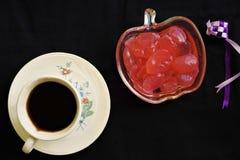 Φρούτα φοινικών που εξυπηρετούνται στα κόκκινα σιρόπια και καφές στοκ εικόνα