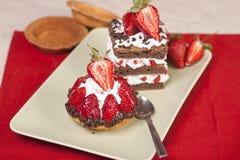 Φρούτα φραουλών ξινά και κέικ φραουλών σοκολάτας σε ένα πιάτο Στοκ φωτογραφία με δικαίωμα ελεύθερης χρήσης