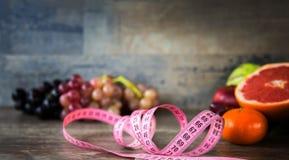 Φρούτα όλα μαζί και μέτρηση Στοκ Εικόνα