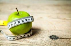 Φρούτα Apple και εκατοστόμετρο κατανάλωση υγιής Στοκ φωτογραφία με δικαίωμα ελεύθερης χρήσης