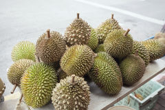 Φρούτα Durian που πωλούν στην οδική πλευρά Στοκ εικόνες με δικαίωμα ελεύθερης χρήσης