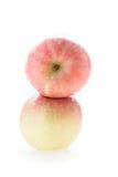 Φρούτα fuji της Apple με τις πτώσεις νερού Στοκ Εικόνες