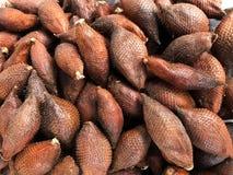 Φρούτα Salak στην αγορά οδών στην Ταϊλάνδη Φυσική ανασκόπηση Στοκ εικόνα με δικαίωμα ελεύθερης χρήσης