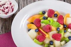 Φρούτων και μούρων επιδορπίων που διακοσμείται σαλάτα θερινών με τη μέντα Στοκ Φωτογραφία