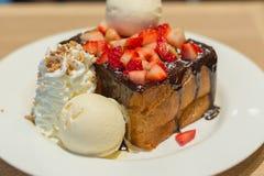 Φρυγανιά μελιού με τη λάβα και τη φράουλα σοκολάτας Στοκ φωτογραφίες με δικαίωμα ελεύθερης χρήσης