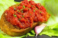 Φρυγανιά με την μπριζόλα tartare και ο λοβός του σκόρδου με το υπόβαθρο σαλάτας στοκ φωτογραφία