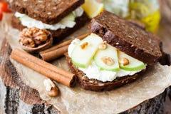 Φρυγανιά με το τυρί και το μήλο κρέμας Στοκ εικόνα με δικαίωμα ελεύθερης χρήσης