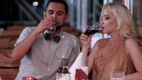 Φρυγανιά που αγαπά, νέα, ρομαντική ημερομηνία, αγαπώντας ζεύγος στο εστιατόριο, το βράδυ για τους εραστές, τα αγόρια και τα κορίτ απόθεμα βίντεο