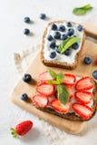Φρυγανιά φραουλών και βακκινίων στα υγιή τρόφιμα προγευμάτων Στοκ Φωτογραφία