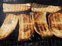 Φρυγανιά ψωμιού πέρα από μια ξύλινη πυρκαγιά Στοκ φωτογραφίες με δικαίωμα ελεύθερης χρήσης