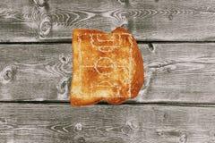 Φρυγανιά ψωμιού σε μια ξύλινη άποψη επιτραπέζιων κορυφών Στοκ φωτογραφίες με δικαίωμα ελεύθερης χρήσης