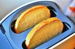 Φρυγανιέρα με το ψωμί Στοκ Εικόνες