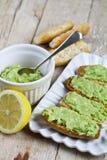 Φρυγανιές με το αβοκάντο guacamole στην άσπρη κινηματογράφηση σε πρώτο πλάνο πιάτων στον αγροτικό ξύλινο πίνακα Πρόγευμα διατροφή στοκ φωτογραφίες με δικαίωμα ελεύθερης χρήσης