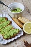 Φρυγανιές με το αβοκάντο guacamole στην άσπρη κινηματογράφηση σε πρώτο πλάνο πιάτων στον αγροτικό ξύλινο πίνακα Πρόγευμα διατροφή στοκ εικόνα με δικαίωμα ελεύθερης χρήσης