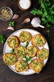 Φρυγανιές με το τυρί και τα πράσινα Στοκ φωτογραφία με δικαίωμα ελεύθερης χρήσης
