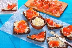 Φρυγανιές ψωμιού σίκαλης με το τυρί και το σολομό κρέμας Στοκ φωτογραφία με δικαίωμα ελεύθερης χρήσης