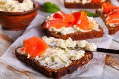 Φρυγανιές ψωμιού σίκαλης με το τυρί και το σολομό κρέμας Στοκ εικόνα με δικαίωμα ελεύθερης χρήσης
