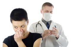 φτέρνισμα κοριτσιών γιατρώ&nu Στοκ Εικόνες