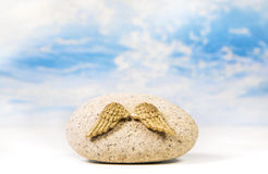 Φτερά αγγέλου σε μια πέτρα Ιδέα για μια έννοια με τα όνειρα και wishe Στοκ Φωτογραφία