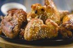 Φτερά κοτόπουλου με το σουσάμι Στοκ Φωτογραφία
