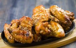 Φτερά κοτόπουλου με το σουσάμι Στοκ Εικόνες