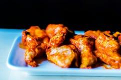 Φτερά κοτόπουλου που μαρινάρονται σε μια σάλτσα σχαρών, ένας χαρακτηριστικός Αμερικανός στοκ εικόνες με δικαίωμα ελεύθερης χρήσης