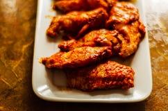 Φτερά κοτόπουλου που μαρινάρονται σε μια σάλτσα σχαρών, ένας χαρακτηριστικός Αμερικανός στοκ φωτογραφίες με δικαίωμα ελεύθερης χρήσης