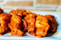 Φτερά κοτόπουλου που μαρινάρονται σε μια σάλτσα σχαρών, ένας χαρακτηριστικός Αμερικανός στοκ φωτογραφία