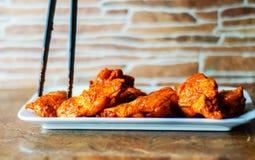 Φτερά κοτόπουλου που μαρινάρονται σε μια σάλτσα σχαρών, ένας χαρακτηριστικός Αμερικανός στοκ φωτογραφία με δικαίωμα ελεύθερης χρήσης