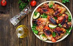 Φτερά κοτόπουλου της σχάρας στη γλυκά ξινή σάλτσα Πικ-νίκ στοκ εικόνες με δικαίωμα ελεύθερης χρήσης