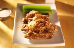 Φτερά κοτόπουλου παρμεζάνας σκόρδου Zesty στοκ εικόνες