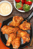 Φτερά κοτόπουλου σε Skillet με τις φράουλες και τη σάλτσα Στοκ Εικόνες